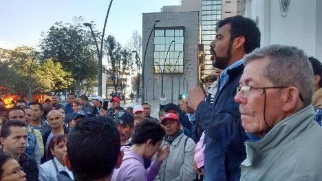 Óscar Dusan de la ATI, acompaña mitin de vendedores informales.