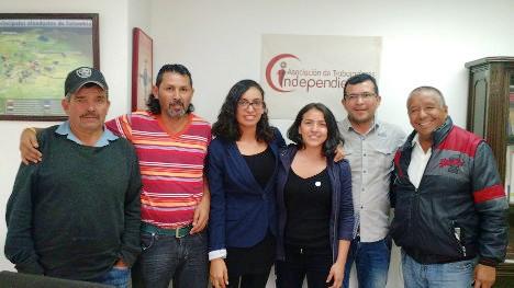 Asesoras jurídicas de ATI y vendedores estacionarios que ganaron tutela. Foto Carolina Tejada