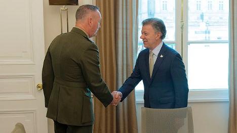 El general Joseph F. Dunford, Jr., jefe del Estado Mayor Conjunto de los Estados Unidos, visita a Juan Manuel Santos, via photopin (license)
