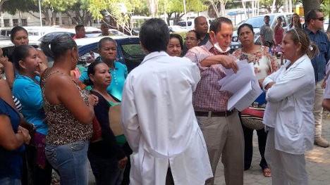 En asamblea general de empleados del Hospital Rosario Pumarejo de López se acordó declarar cese de actividades a manera indefinido. EL PILÓN / Joaquín Ramírez.