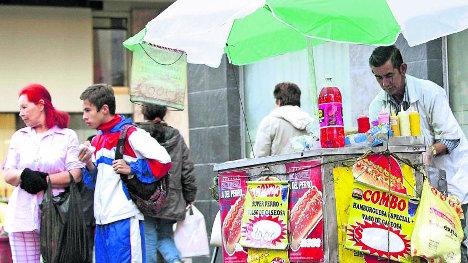 La falta de fuentes de trabajo obliga a muchas personas a vender productos en la calle para sobrevivir.