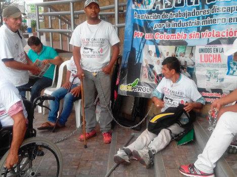 Trabajadores de empresas petroleras enfermos, encadenados.