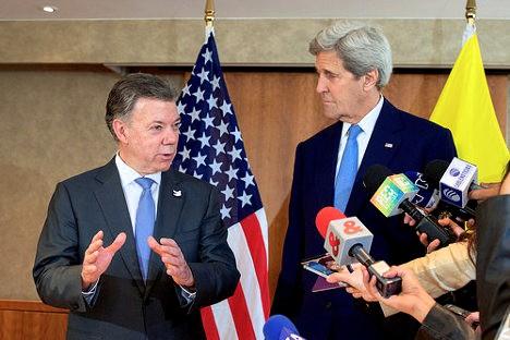 Juan Manuel Santos, presidente colombiano, y el secretario de Estado de los EEUU John Kerry, comparecen ante los medios tras una reunión bilateral. Foto:  U.S. Department of State via photopin (license)