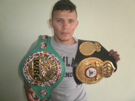 El tolimense Óscar Eduardo Escandón Berrío, campeón mundial de boxeo en las categorías pluma y superpluma. Foto Nelosi.