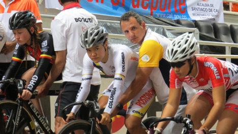 En el centro la competidora de la selección Colombia a los Olímpicos de Río, Martha Bayona, campeona del keirin en el Grand Prix de Pista 2016, en Cali. Foto COC.