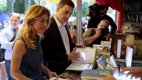 El líder del PSOE, Pedro Sanchez y su mujer, Begona Fernandez, en la feria del ibro en Madrid. Foto: Reuters