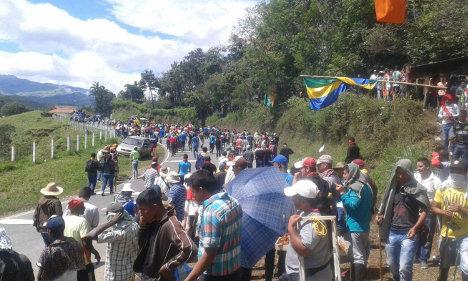 Indígenas y campesinos ocupan pacíficamente las carreteras, exigiendo soluciones. Foto Cumbre Agraria.