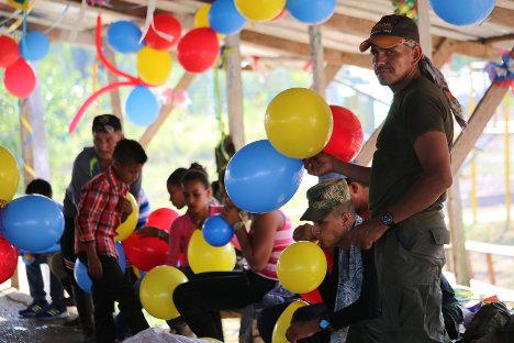 Guerrilleros del Bloque Sur con comunidades, en pedagogía de paz. Foto Delegación de Paz de las FARC en La Habana.