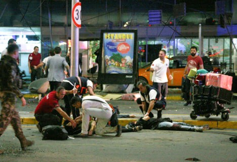 Una escena de los destrozos en el aeropuerto de Estambul, tras el atentado terrorista del 28 de junio.