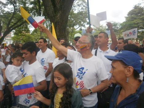 Alcalde saluda a las delegaciones que hacen su ingreso a la plaza Simón Bolívar. Foto Nelosi.