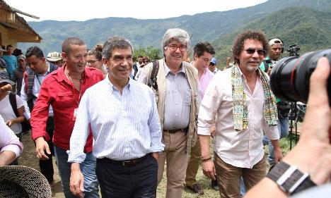 El Alto Consejero para el Posconflicto, Rafael Pardo; el representante de las FARC, Pastor Alape, y miembros de la comunidad internacional a su llegada a Briceño, Antioquia, para iniciar el plan piloto de sustitución de cultivos ilícitos, como parte de los acuerdos de La Habana.