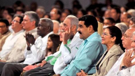 Fidel en la gala en homenaje a sus 90 años en el Teatro Karl Marx de La Habana. Acompañado por su hermano Raúl Castro, el presidente Nicolás Maduro de la República Bolivariana de Venezuela y su esposa y dirigentes del Partido Comunista de Cuba, del Consejo de Estado y de Ministros y de organizaciones sociales.