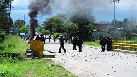 La Policía reprime las manifestaciones de la comunidad.