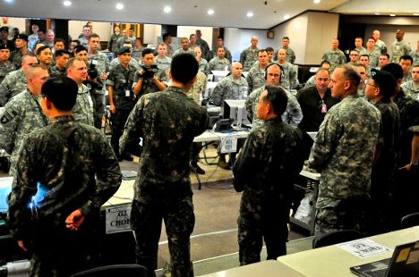 El almirante Choi Yoon Hee, del estado mayor conjunto de la República de Corea, se dirige a miembros del I Cuerpo del Ejército de los EEUU, en preparación del ejercicio Guardián de la Libertad de Ulchi en 2014. Foto: Daniel Schroeder - DOD.