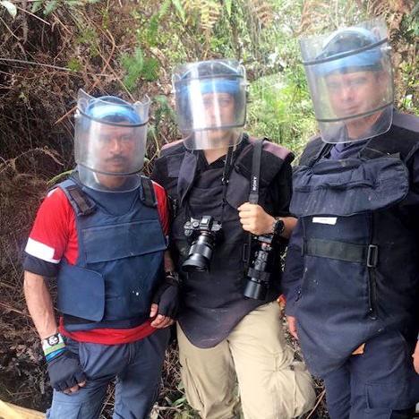 Muñoz, guerrillero de las FARC; el fotógrafo Federico Ríos Escobar; y el sargento Wilches, encargado del batallón de desminado, durante su trabajo de descontaminación en Briceño, Antioquia.