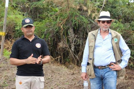 El coronel Willington Benítez y el comandante de las FARC Pastor Alape coordinando misiones de desminado en el Orejón, Antioquia.