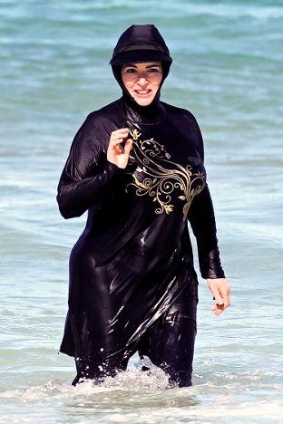 Mujer musulmana en una playa francesa, vistiendo el burkini.
