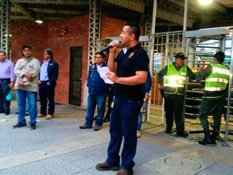 Dirigente sindical en manifestación con trabajadores de Ecopetrol.