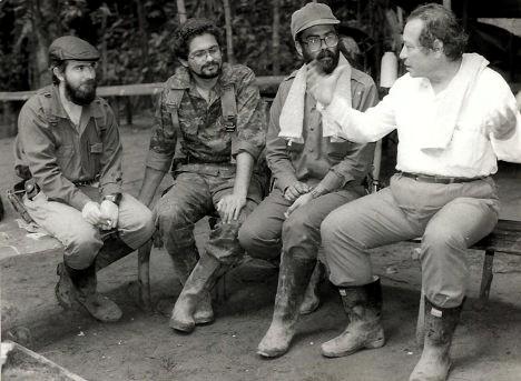 Foto histórica: Manuel Marulanda, Alfonso Cano, Timoleón Jiménez e Iván Márquez en La Uribe, durante los diálogos con el gobierno de Belisario Betancur.