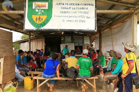 Reunión de habitantes en la vereda los Trozos. Foto Prensa Rural.