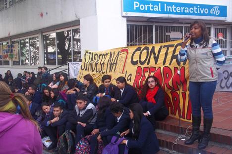 Aleyda Murillo, presidenta de Sindesena nacional, informa de lo acordado a la comunidad educativa, en Bogotá. Foto J.C.H.