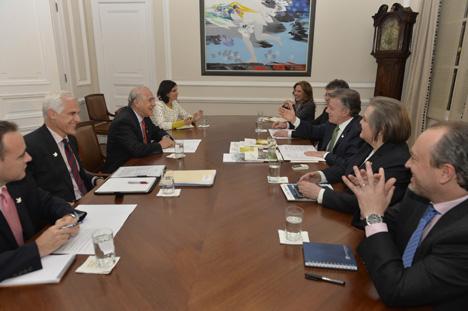 El Secretario General de la OCDE, Ángel Gurría conversa con el presidente Santos, acompañado por sus ministros de Hacienda, Mauricio Cárdenas; de Trabajo, Clara López; y de Comercio, María Claudia Lacouture.