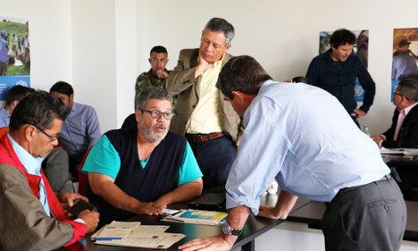 Comandantes de las FARC-EP Matías Aldecoa y Marco León Calarcá, contraalmirante Orlando Romero, delegado del Gobierno de Colombia, general Javier Pérez Aquino jefe de los observadores, Misión de la ONU en Colombia.