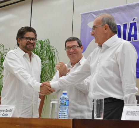 Iván Márquez y Humberto de la Calle Lombana se saludan después de la firma del nuevo Acuerdo Final ya definitivo.