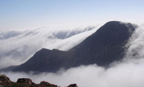 La espesa niebla cubre el monte Boutmezguida al suroeste de Marruecos unos 143 días al año. / Dar Si Hmad