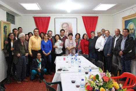 Miembros de la redacción del semanario VOZ con delegados de la comisión de paz de las FARC. en el salón Manuel Cepeda Vargas en las instalaciones del periódico.Foto Hernán Camacho.