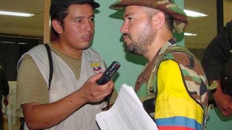 El periodista fariano Leonardo Tovar, entrevistando al comandante Carlos Antonio durante los diálogos del Caguán.