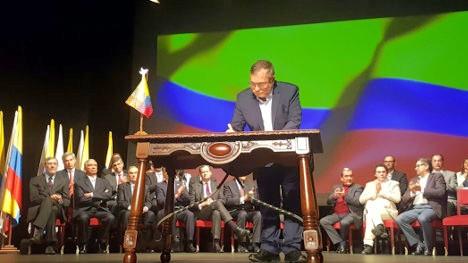 El comandante Timoleón Jiménez estampa su firma en el Acuerdo de Paz.